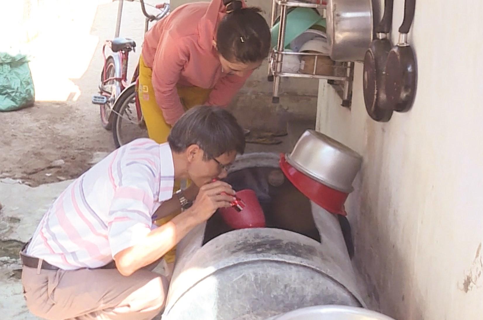 Cán bộ kiểm soát dịch bệnh kiểm tra công tác chống SXH ở huyện Vạn Ninh