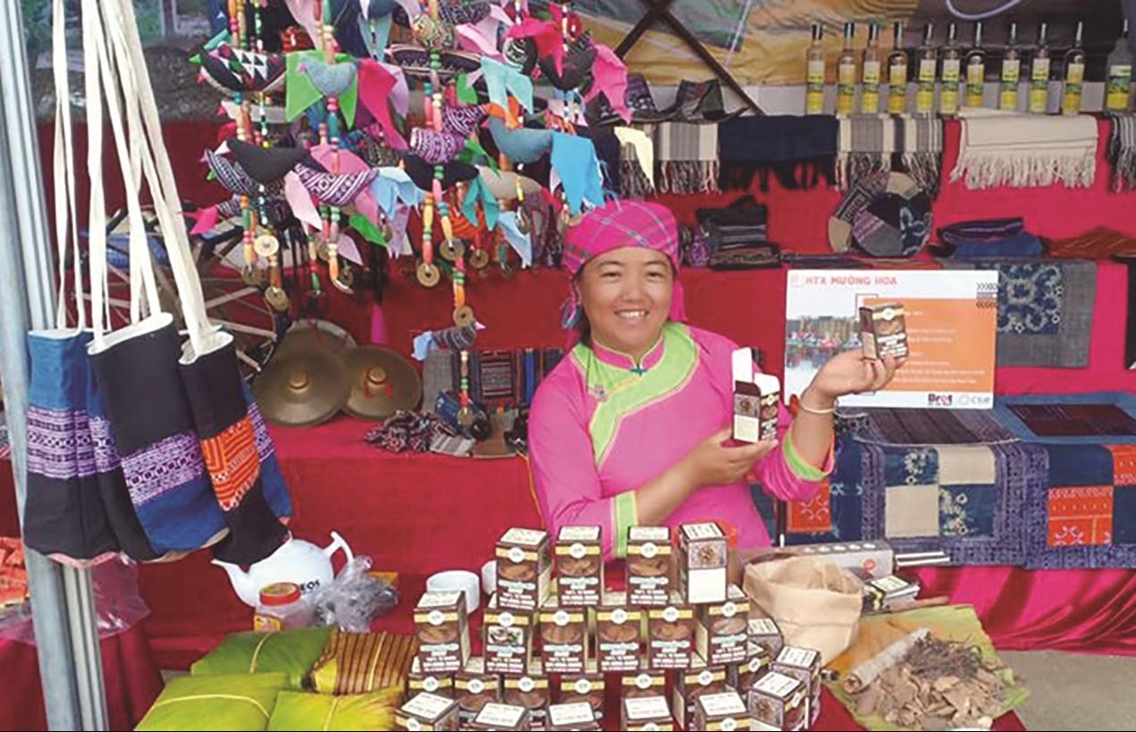 Chị Sùng Thị Lan giới thiệu các sản phẩm của HTX Mường Hoa.