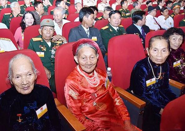 Các Mẹ Việt Nam Anh hùng dự Hội nghị biểu dương người có công với cách mạng tiêu biểu toàn quốc dịp kỷ niệm 70 năm Ngày Thương binh - Liệt sĩ. (Ảnh tư liệu)