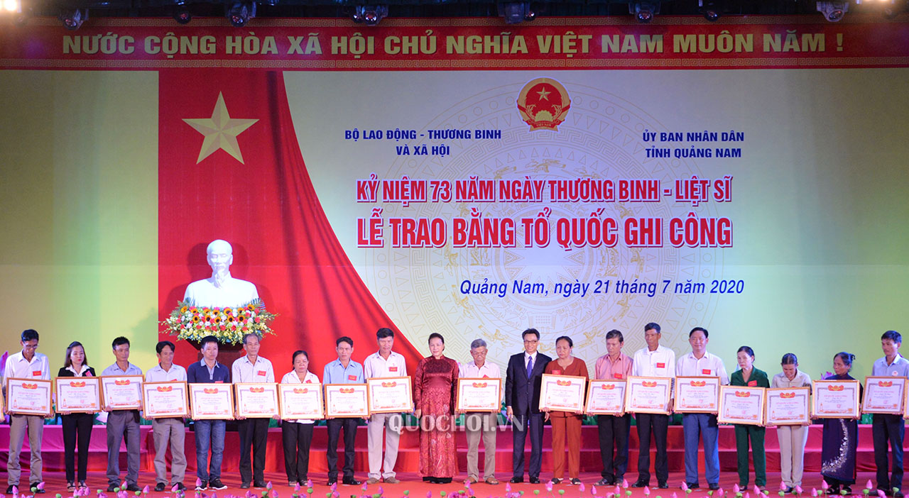 Chủ tịch Quốc hội Nguyễn Thị Kim Ngân và Phó Thủ tướng Chính phủ Vũ Đức Đam trao Bằng Tổ quốc ghi công cho thân nhân các gia đình liệt sỹ (Ảnh Việt Hà)