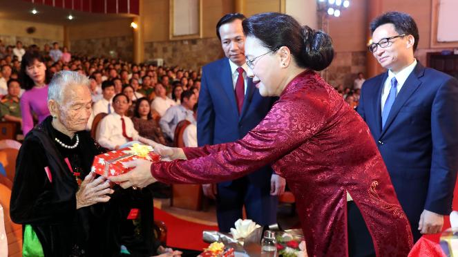 Chủ tịch Quốc hội Nguyễn Thị Kim Ngân tặng hoa và quà các Mẹ Việt Nam Anh hùng (Ảnh: TTXVN)