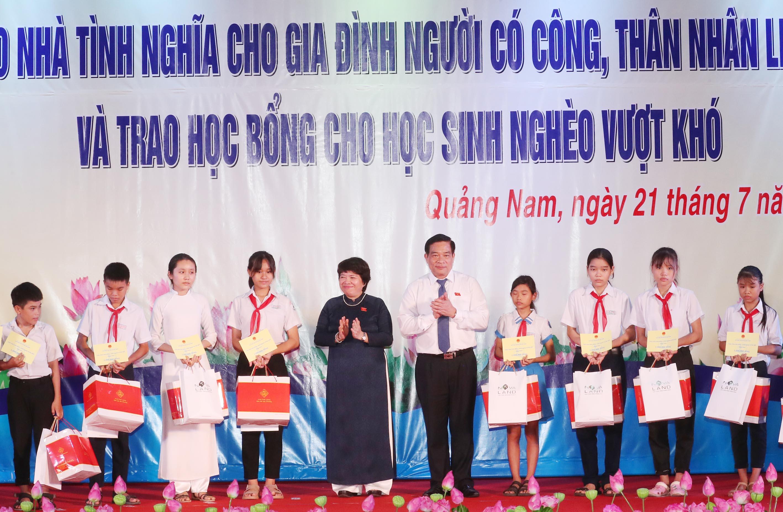 Chủ nhiệm Ủy ban Về các vấn đề xã hội Nguyễn Thúy Anh; Chủ tịch Hội đồng dân tộc Hà Ngọc Chiến trao học bổng cho học sinh nghèo vượt khó tại buổi Lễ (Ảnh : TTXVN)