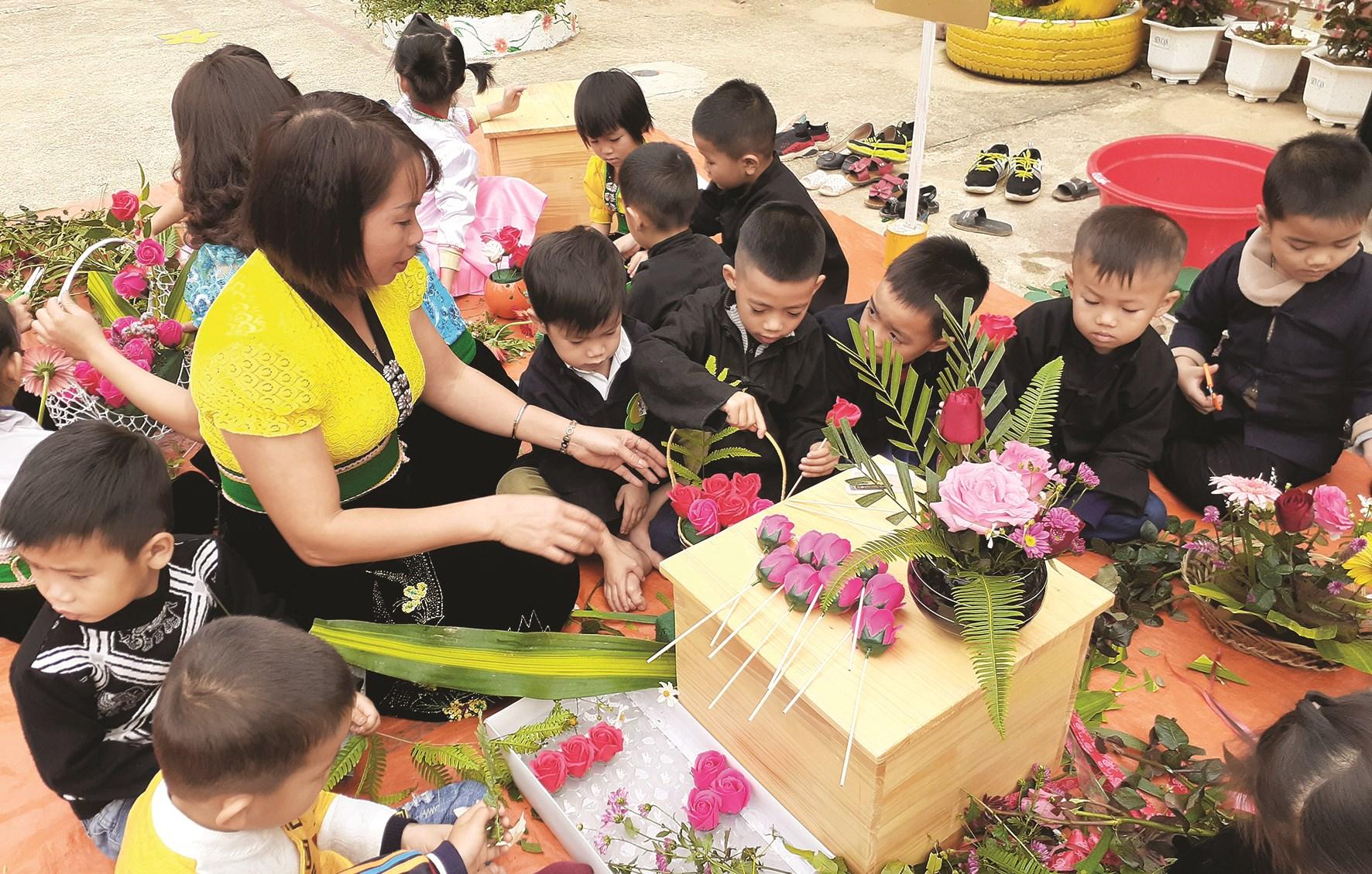 Trường Mầm non xã Bum Nưa tổ chức hình thức trải nghiệm cắm hoa cho trẻ