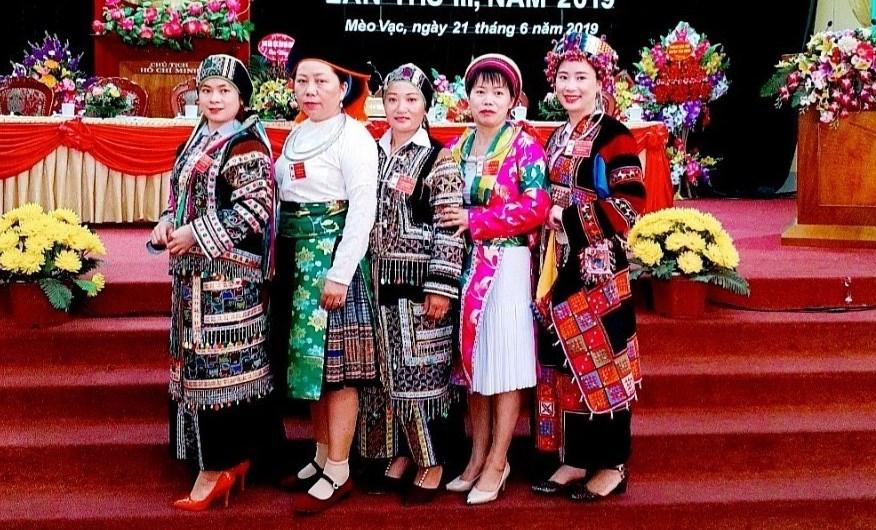 Bà Dùng Thị Vân (đứng giữa) tại Đại hội Đại biểu các DTTS huyện Mèo Vạc.