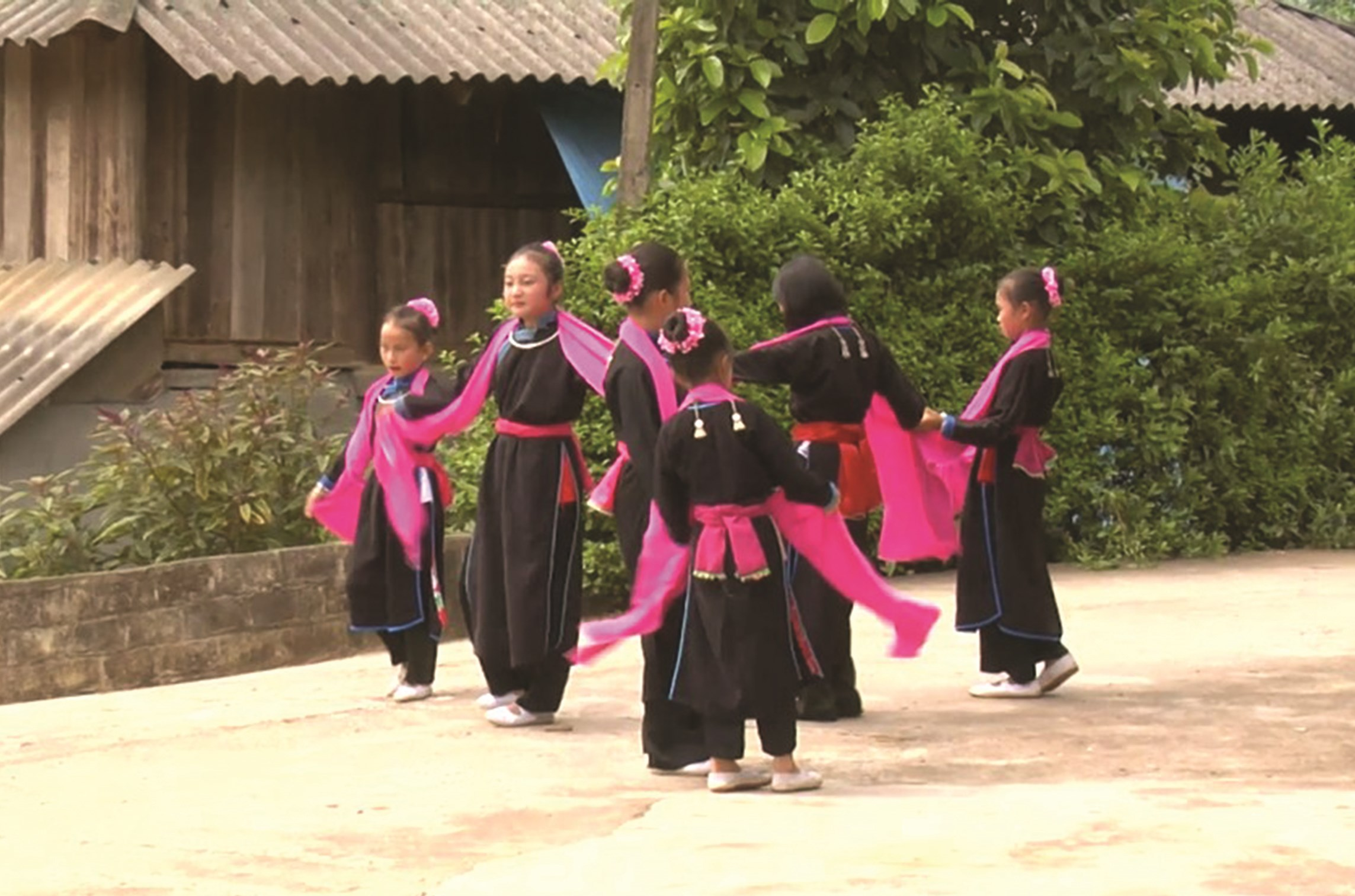 Các lớp học xòe cho các em học sinh vẫn thường xuyên được mở là cách gìn giữ và phát triển nét văn hóa độc đáo trên mảnh đất Tà Chải