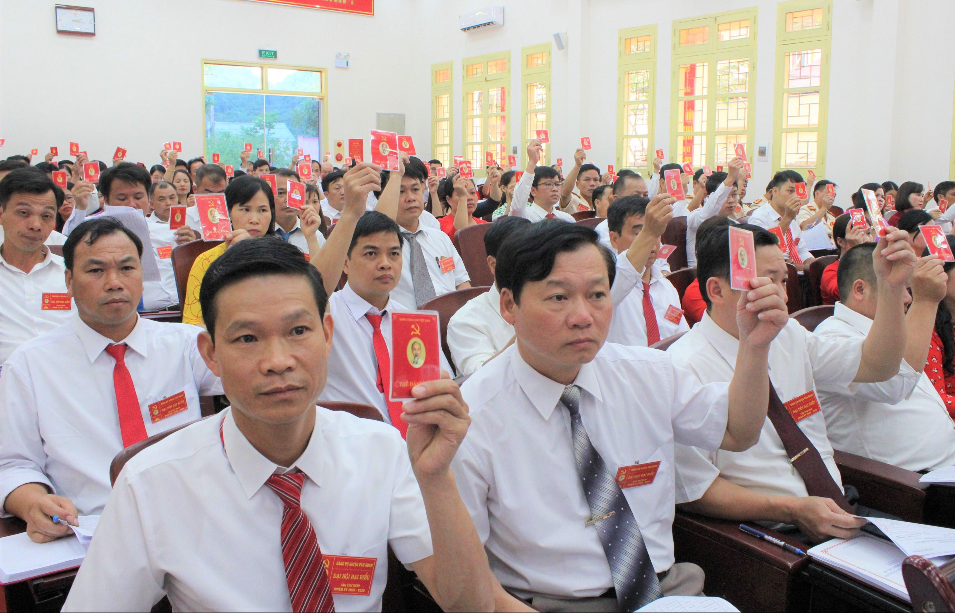 Đại biểu biểu quyết thông qua tờ trình nhân sự bầu Ban Chấp hành Đảng bộ huyện nhiệm kỳ 2020-2025.