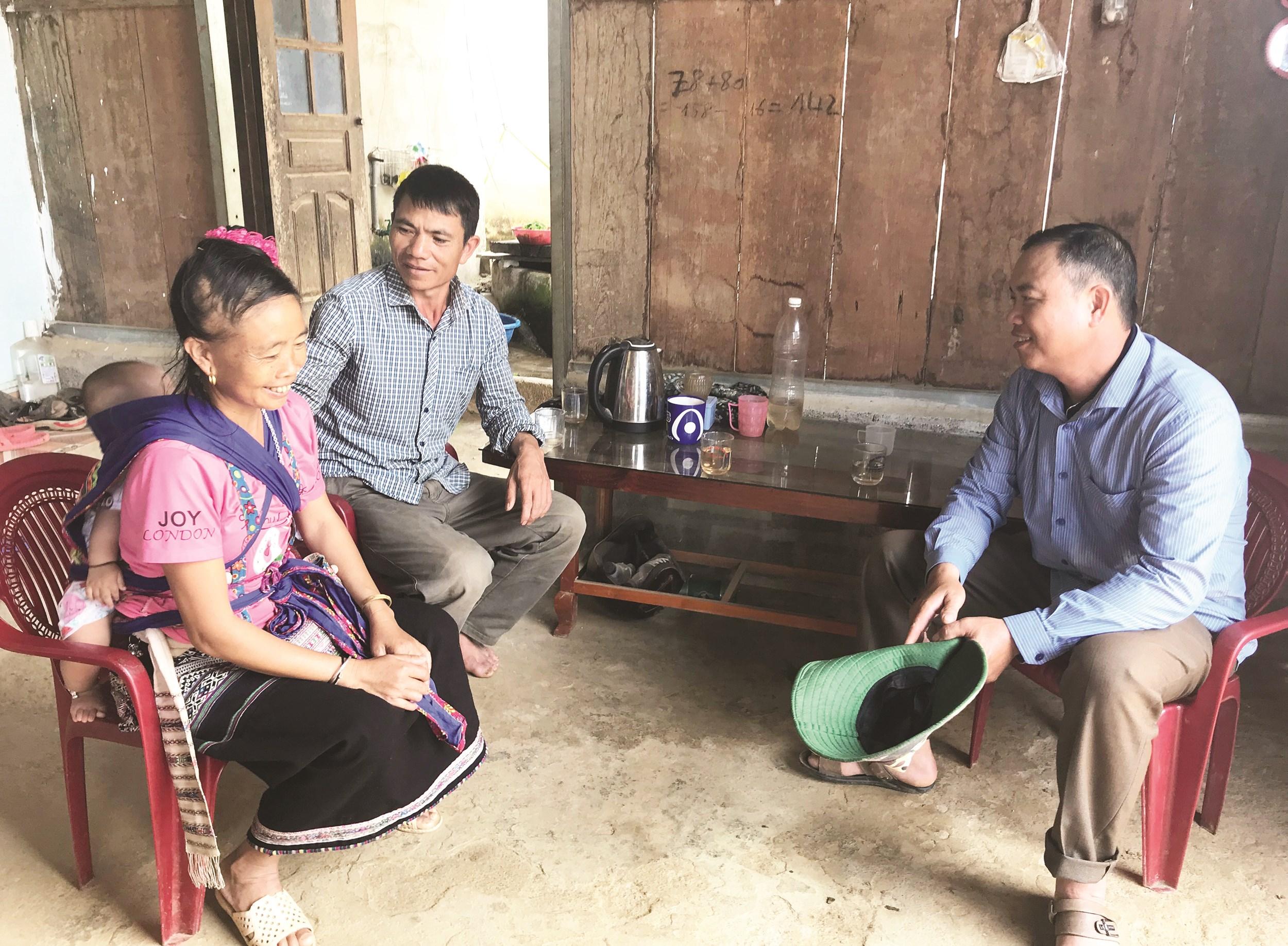 Trưởng bản Hoàng Văn Sòi trao đổi với người dân về việc quan tâm giáo dục con cái.