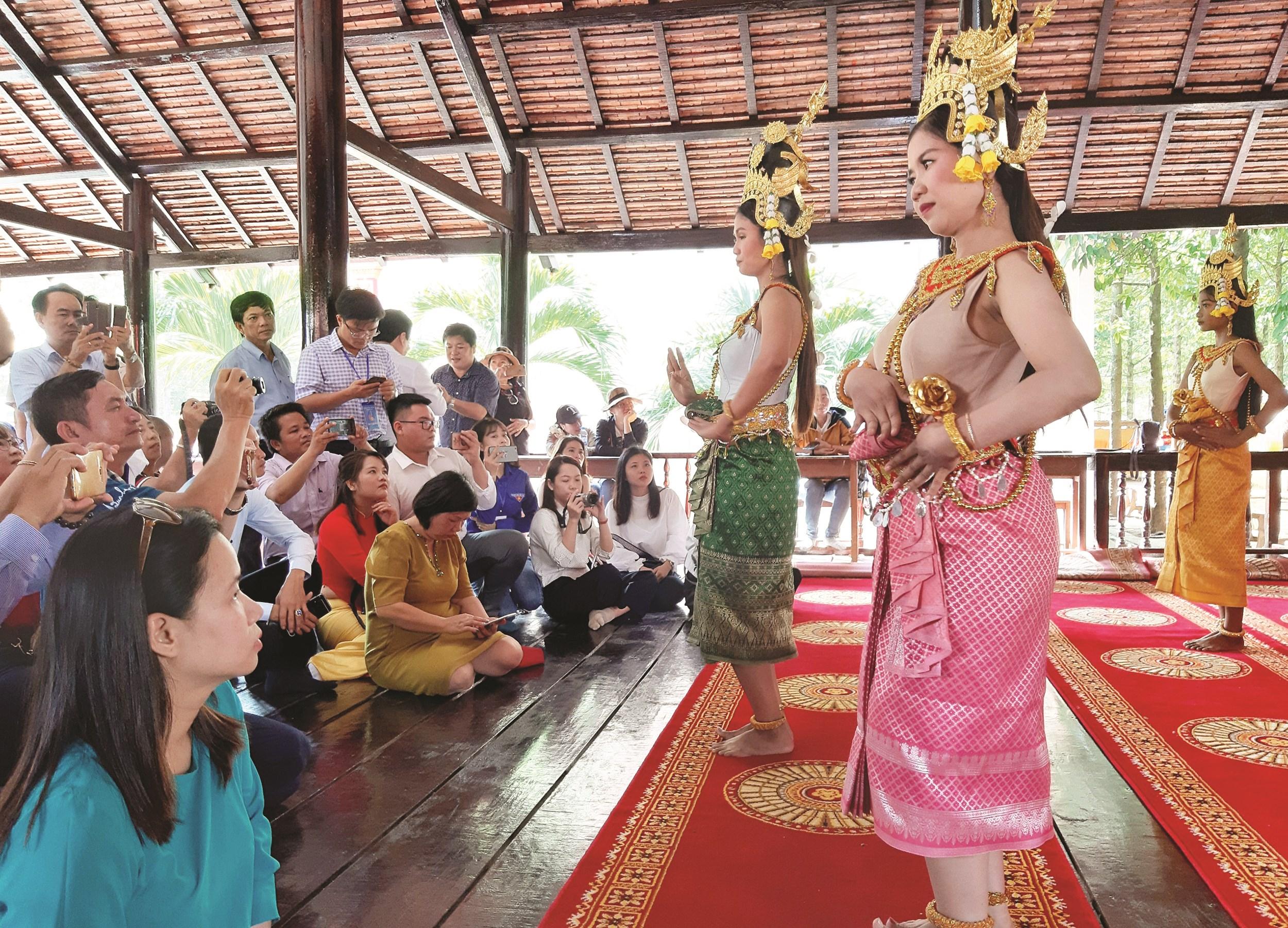 Nhiều du khách thích thú khi thưởng thức những điệu múa truyền thống của đồng bào Khmer mượt mà, uyển chuyển do Đội Văn hóa - Văn nghệ Khmer chùa Xiêm Cán biểu diễn
