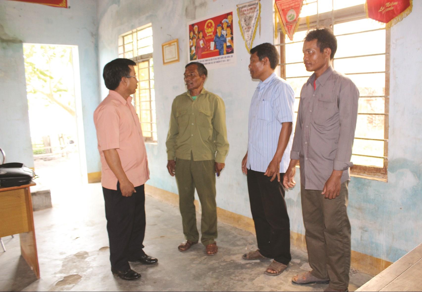 Chính quyền thăm hỏi người dân ở buôn cách mạng Hang Ya, Yang King, xã Bông Krang, huyện Lăk (Đăk Lăk)