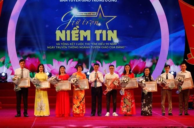 Đồng chí Võ Văn Thưởng, Ủy viên Bộ Chính trị, Bí thư Trung ương Đảng, Trưởng Ban Tuyên giáo Trung ương trao Chứng nhận cho các cá nhân đoạt giải nhất các tuần thi.