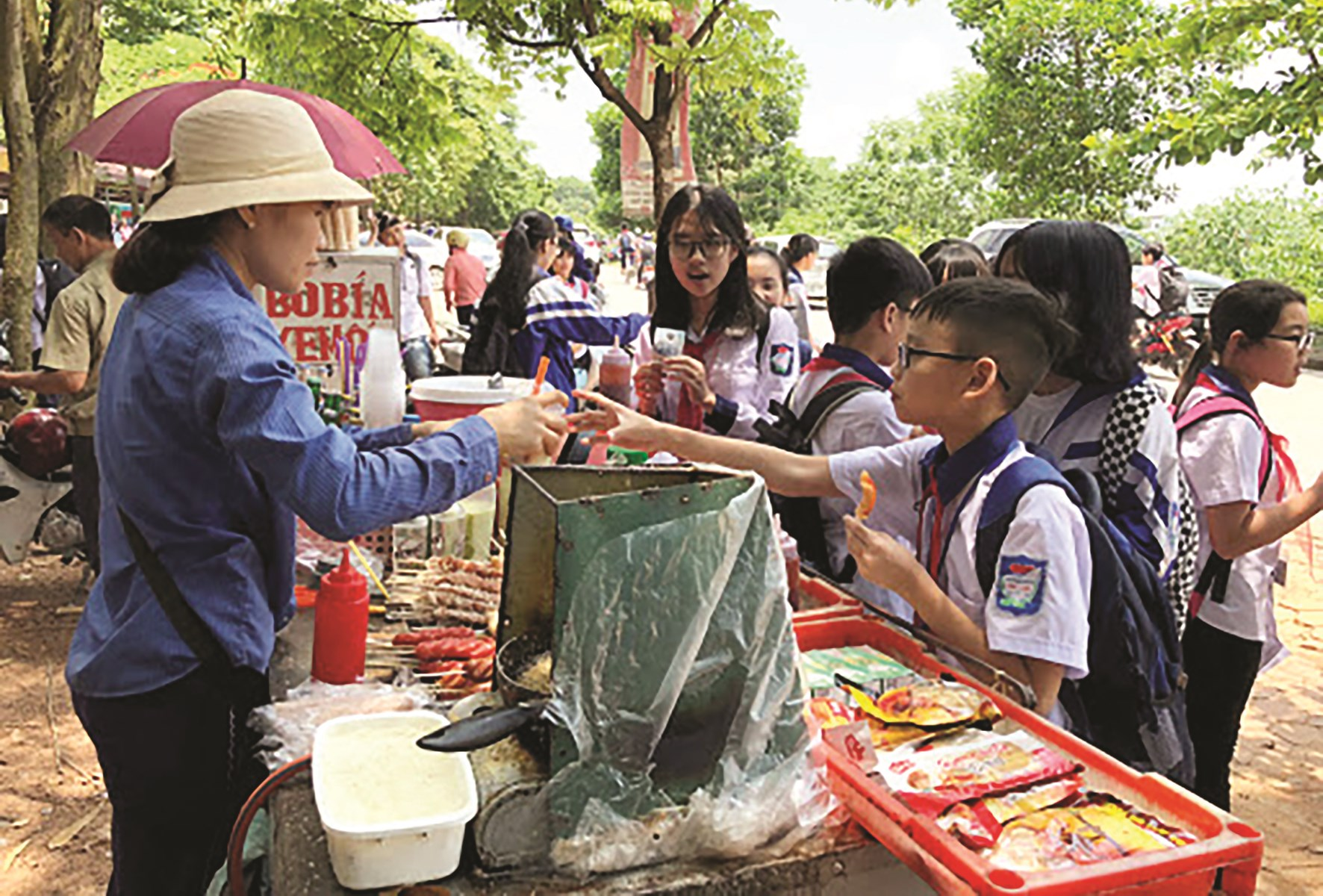 Hàng rong được bày bán tràn lan trước cổng nhiều trường học bất chấp nguy cơ mất vệ sinh ATTP