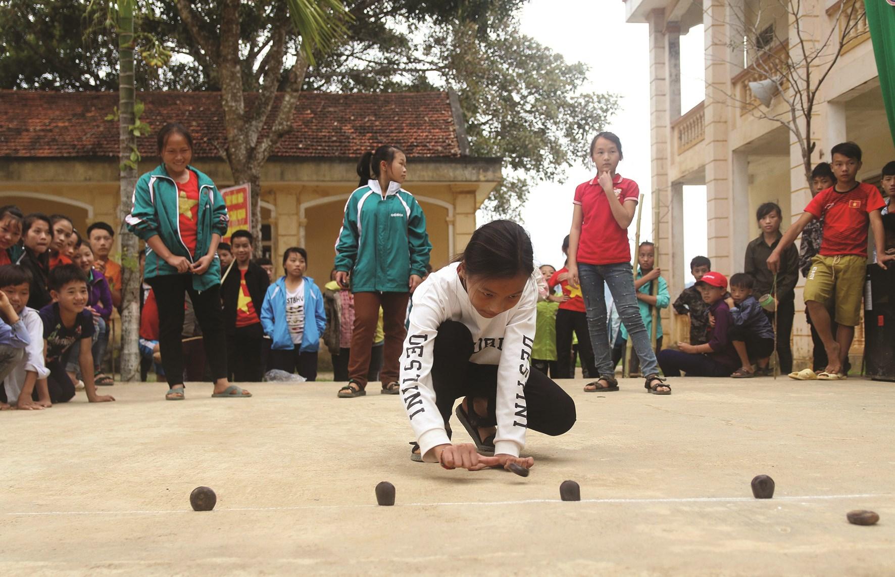 Học sinh Trường PTDTBT Tiểu học và THCS Nậm Càn (Kỳ Sơn) chơi trò chơi dân gian