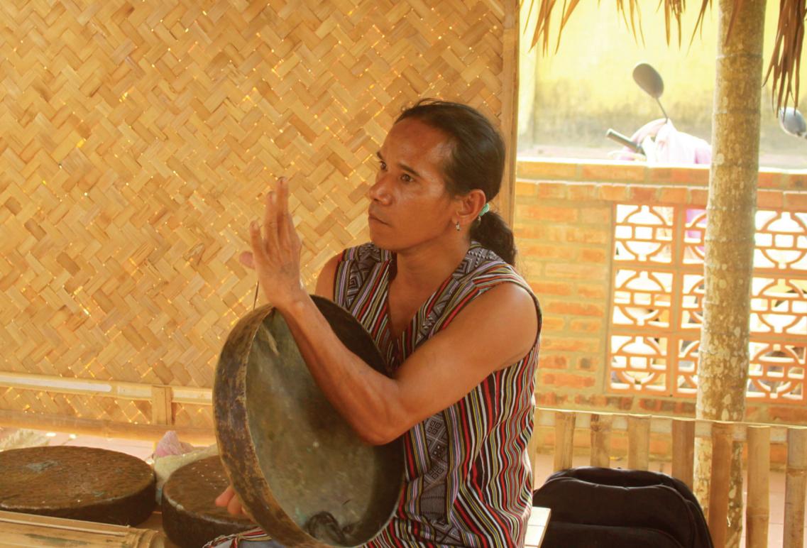 Nghệ nhân biểu diễn cồng chiêng tại chợ phiên Văn hóa miền núi Quảng Ngãi