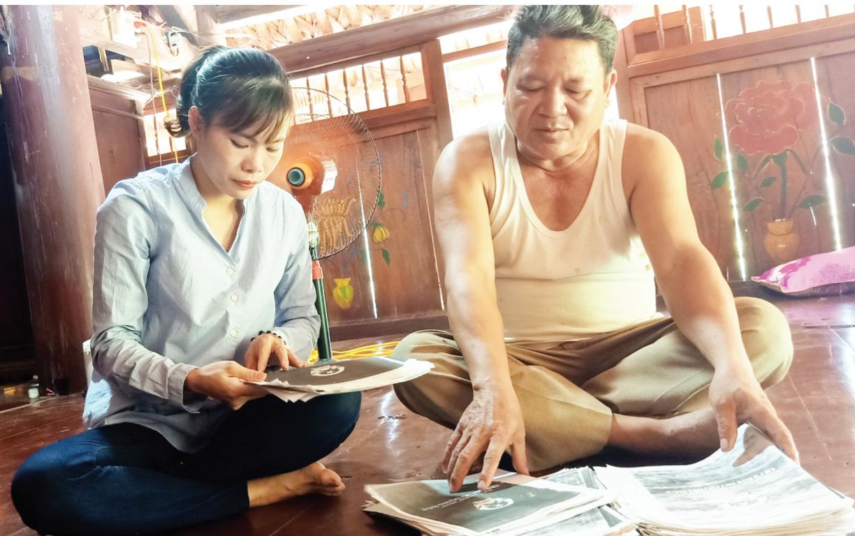 Ông Lương Văn Hợi, Trưởng thôn Tiến Sơn 1 còn giữ lại các sổ đỏ (bản sao) của bà con trong thôn sau khi đã giao nộp sổ gốc cho UBND xã
