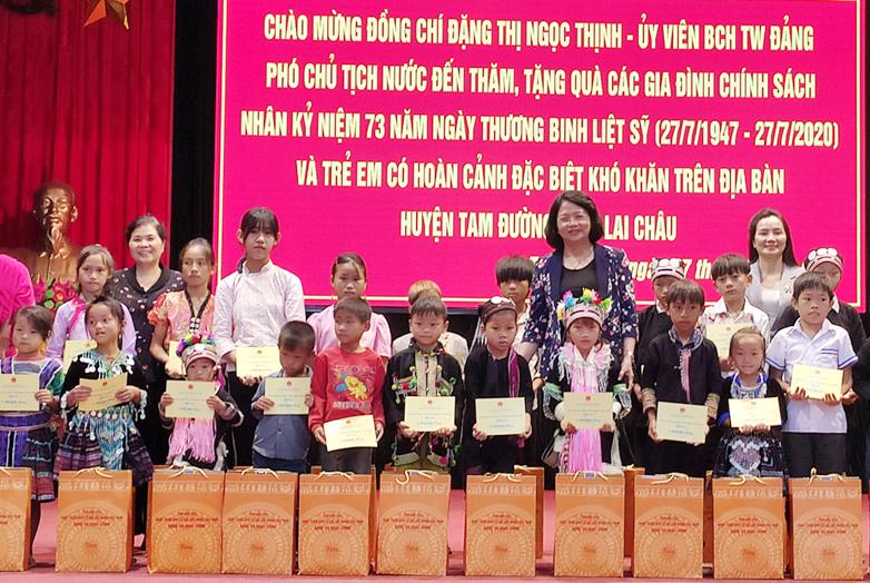 Phó Chủ tịch nước Đặng Thị Ngọc Thịnh chụp ảnh lưu niệm cùng với các em học sinh
