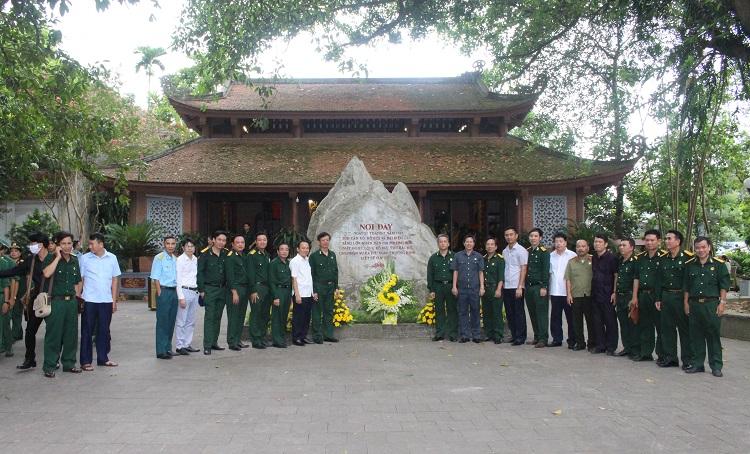 Hội Cựu chiến binh cơ quan UBDT chụp ảnh lưu niệm