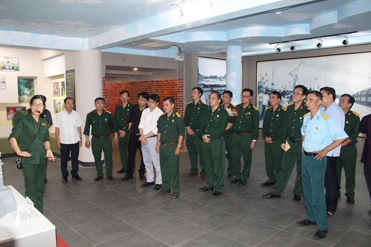 Đoàn thăm quan khu trưng bày các kỷ vật TNXP