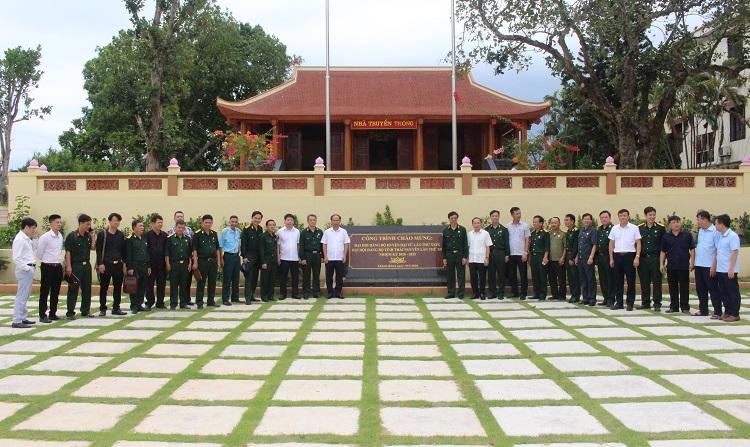 Đoàn chụp ảnh lưu niệm tại Nhà truyền thống huyện Đại Từ