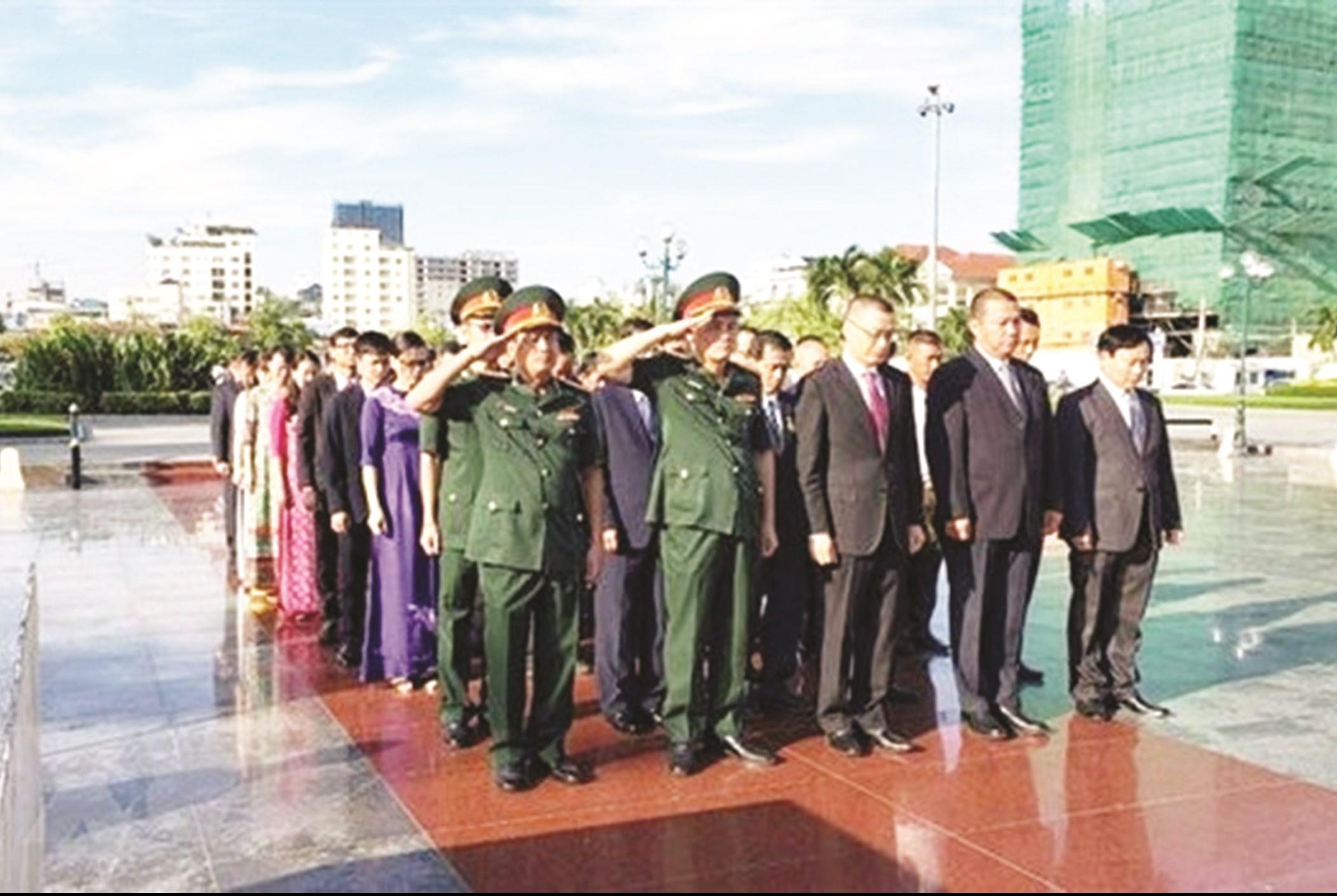 Đoàn cán bộ Việt Nam do Đại sứ Vũ Quang Minh dẫn đầu dâng hương tri ân các Anh hùng liệt sĩ tại Tượng đài Hữu nghị Việt Nam-Campuchia ở thủ đô Phnom Penh. (Ảnh: TTXVN)