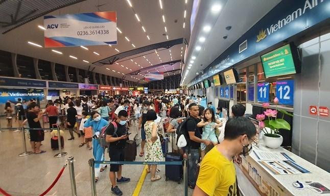 Du khách làm thủ tục bay rời Đà Nẵng tại sân bay Đà Nẵng trước 0h ngày 28/7/2020