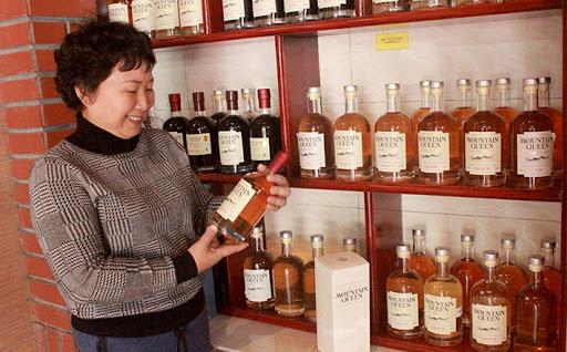 Bộ sản phẩm rượu Mountain Queen được chị Oanh sản xuất từ chính những nguyên liệu truyền thống của địa phương.