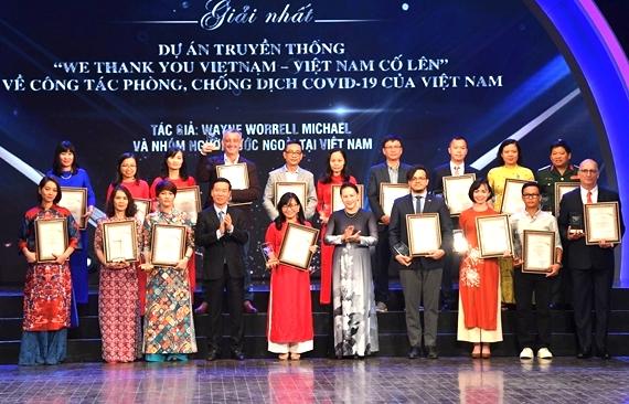 Chủ tịch Quốc hội Nguyễn Thị Kim Ngân và Trưởng Ban Tuyên giáo Trung ương Võ Văn Thưởng trao giải Nhất cho các tác giả đoạt giải. Ảnh: VGP/Phương Liên