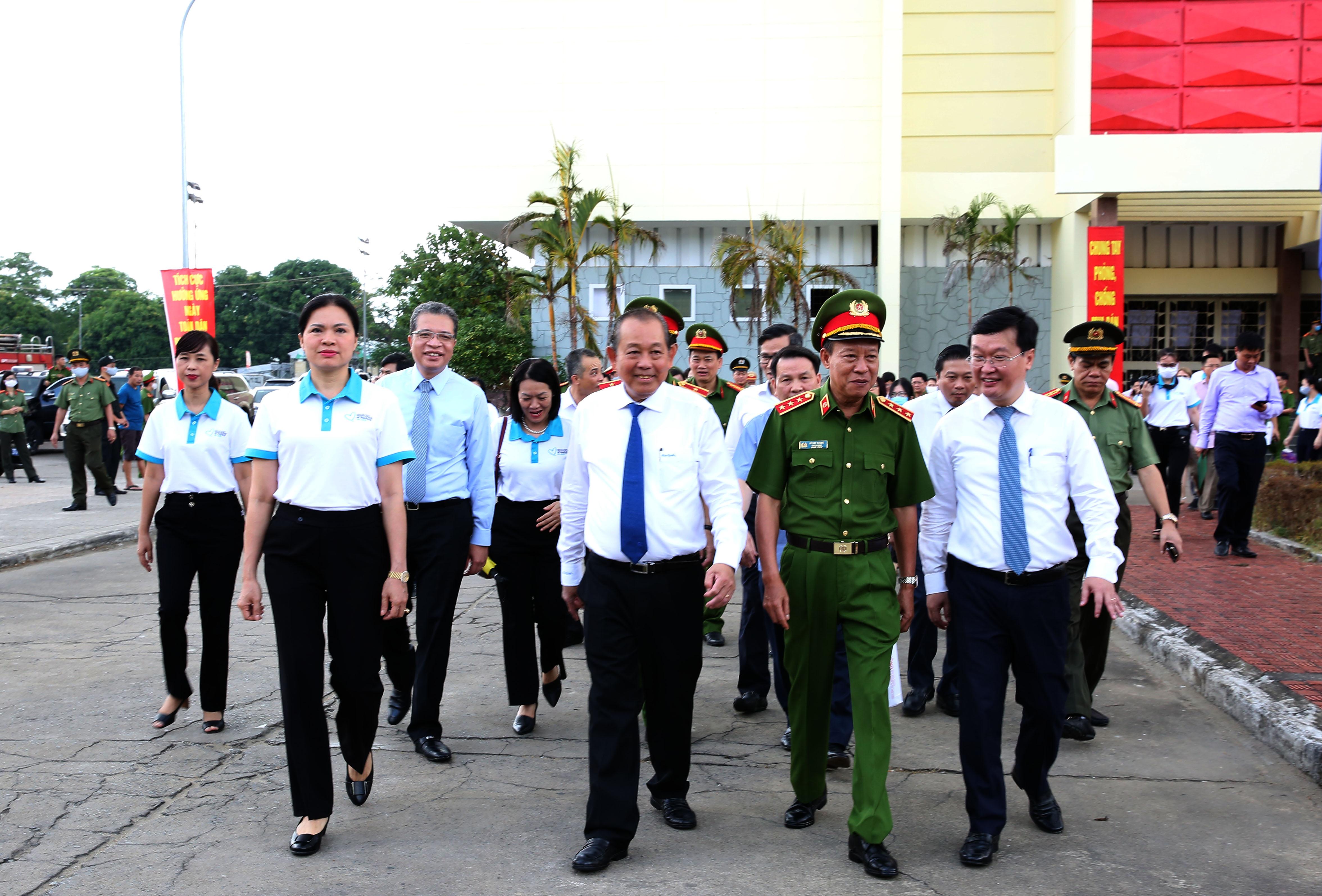 Phó Thủ tướng Trương Hòa Bình và các đại biểu đi bộ diễu hành hưởng ứng lễ mít tinh. Ảnh: VGP/Lê Sơn