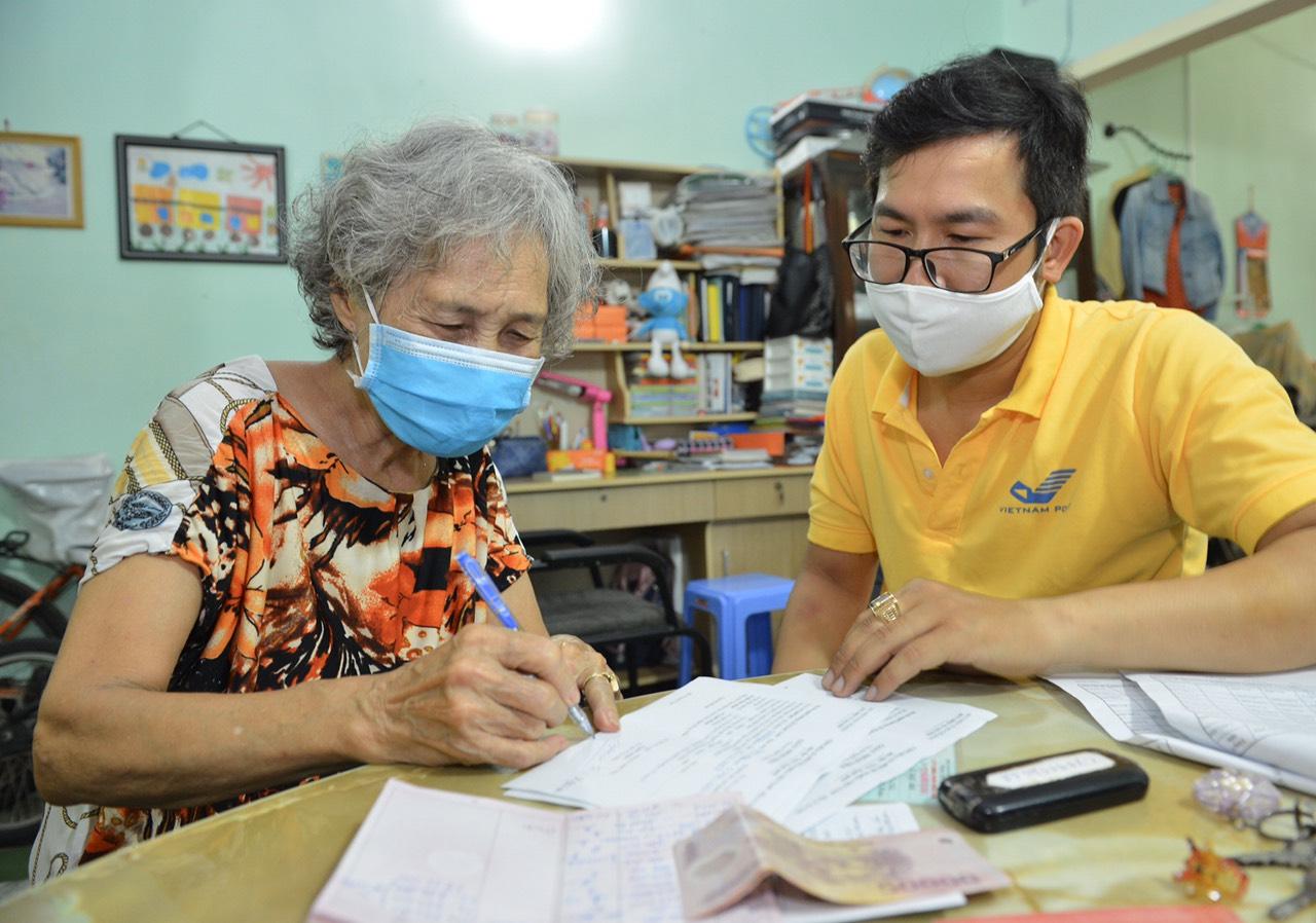 Người hưởng phấn khởi khi được nhận lương hưu tại nhà (Phường Tân Định, Quận 1, TP.Hồ Chí Minh)