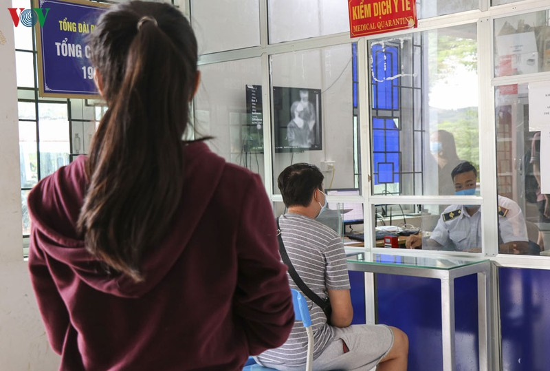 Kiểm tra thân nhiệt, khám sàng lọc y tế đối với công dân nhập cảnh vào Việt Nam qua Cửa khẩu Quốc tế Tây Trang.