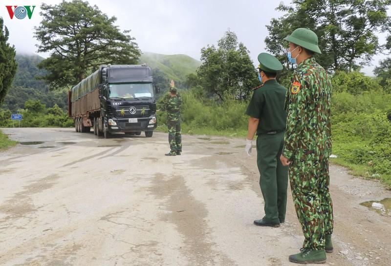 Hiện Bộ đội Biên phòng tỉnh Điện Biên đã kích hoạt 60 tổ chốt ngăn chặn trên biên giới, với hơn 250 cán bộ chiến sĩ bộ đội biên phòng tham gia ứng trực.