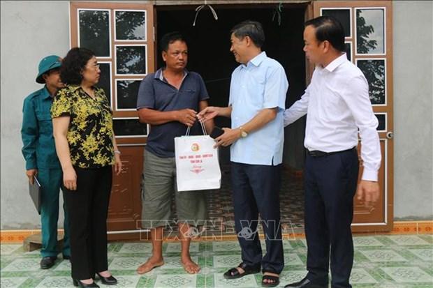 Đoàn công tác của Tỉnh ủy, UBND tỉnh Sơn La thăm hỏi, tặng quà cho hộ dân bị ảnh hưởng bởi động đất tại xã Tà Lại, huyện Mộc Châu. Ảnh: Hữu Quyết - TTXVN