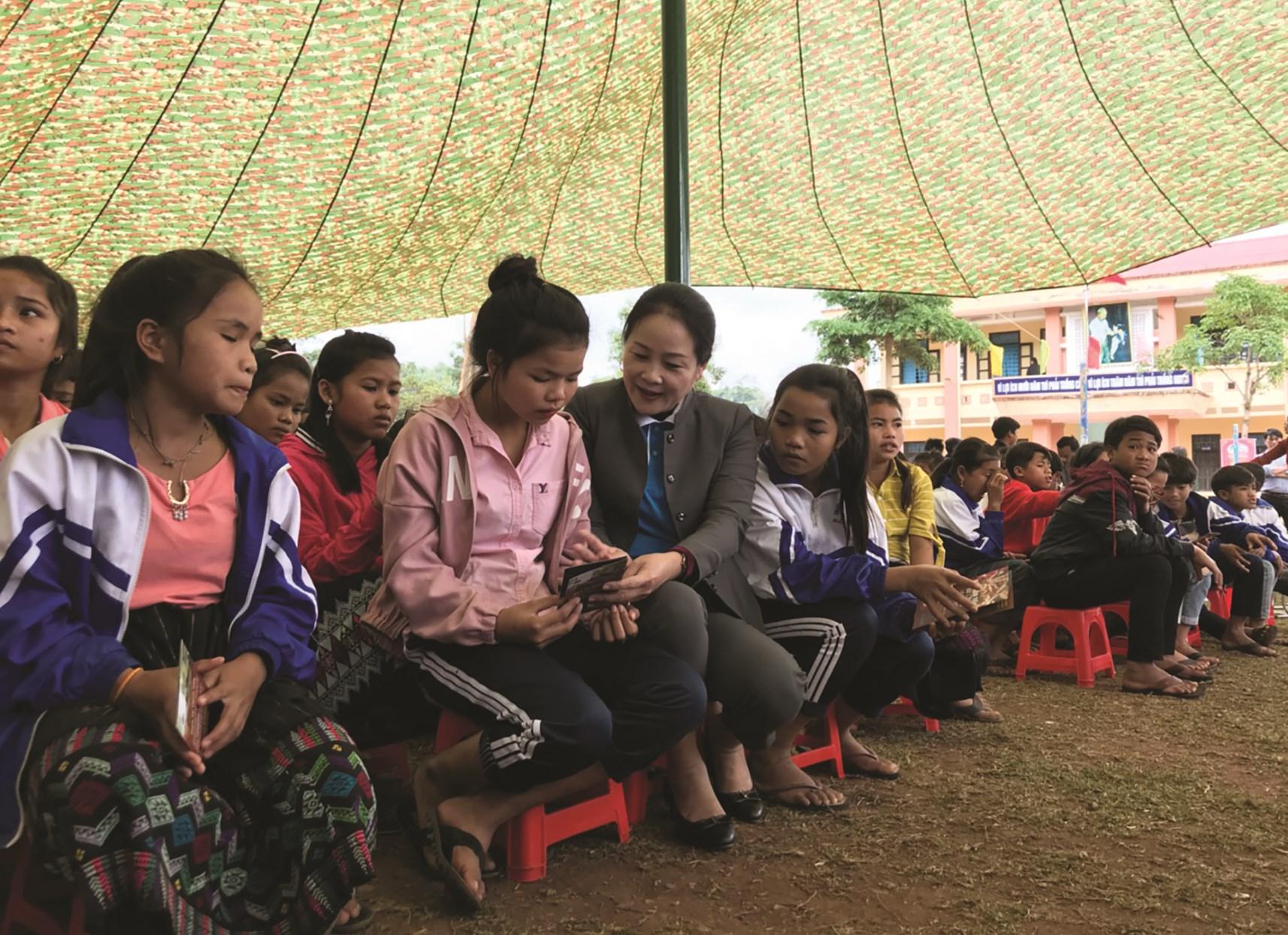 Bà Đỗ Thị Bích Thủy, Phó Chủ tịch Thường trực Hội Liên hiệp Phụ nữ tỉnh giao lưu cùng các học sinh nữ