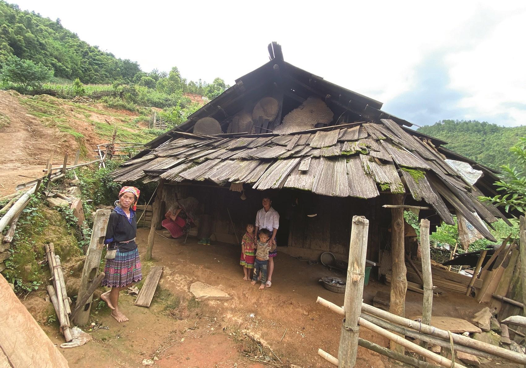 Căn nhà xiêu vẹo, dột nát của gia đình bà Mùa Thị Là, bản Háng Phừ Loa, xã Mồ Dề, huyện Mù Cang Chải (Yên Bái)