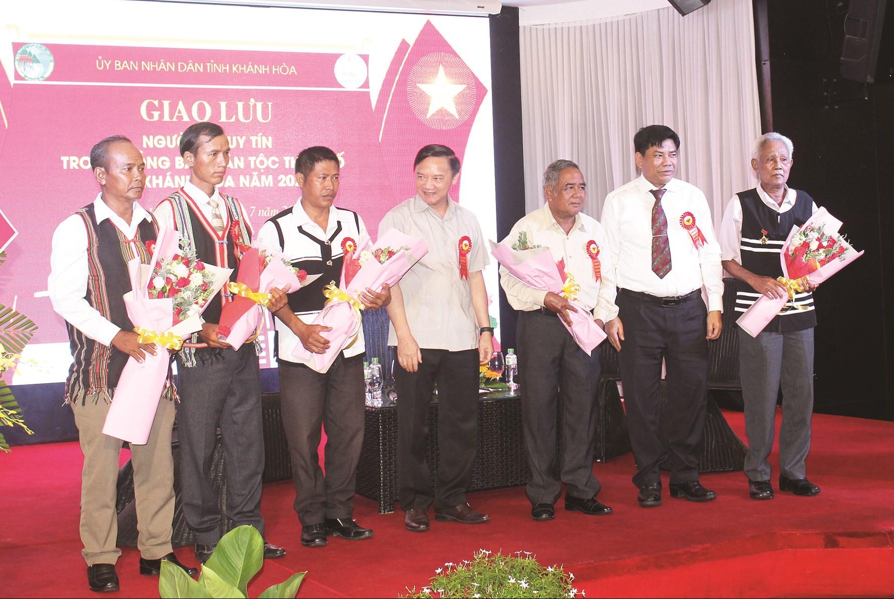 Thứ trưởng, Phó Chủ nhiệm Y Thông (đứng thứ ba từ phải qua) và Bí thư Tỉnh ủy Khánh Hòa Nguyễn Khắc Định (đứng thứ năm từ phải qua) tặng hoa động viên Người có uy tín