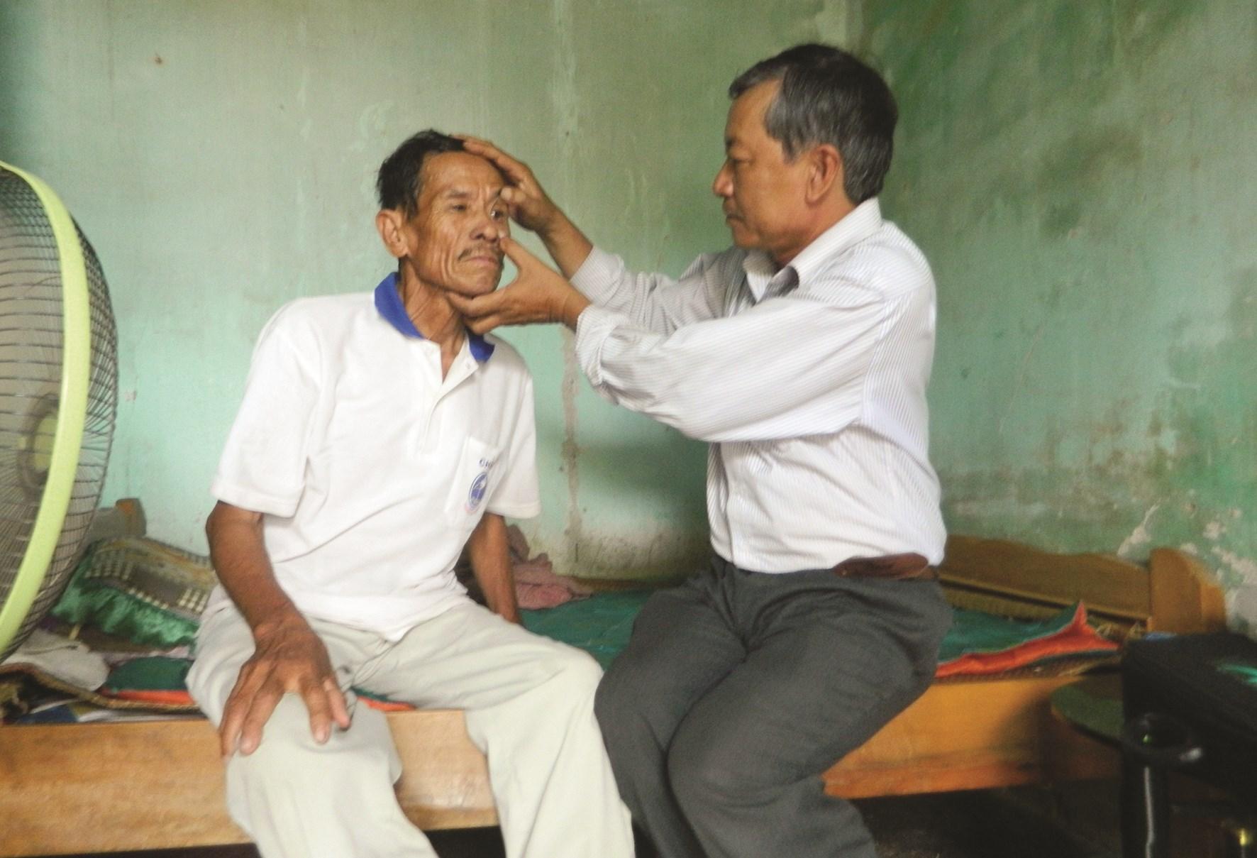 Y tá Nguyễn Văn Sử khám mắt cho bệnh nhân vừa đi mổ mắt về