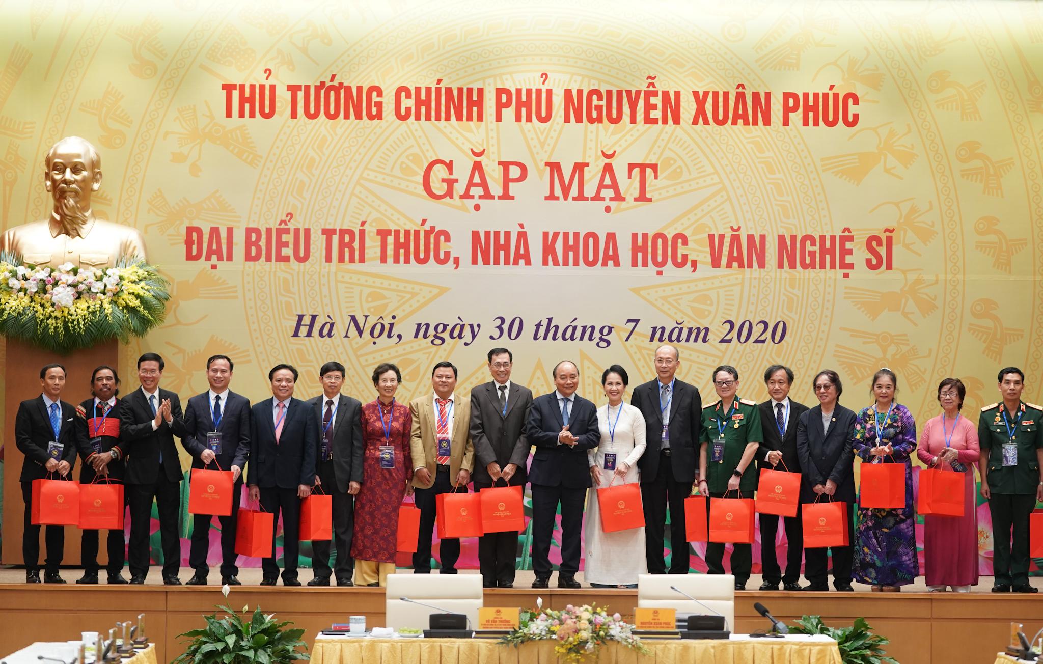 Thủ tướng Nguyễn Xuân Phúc tặng quà các đại biểu dự buổi gặp mặt. Ảnh: VGP/Quang Hiếu