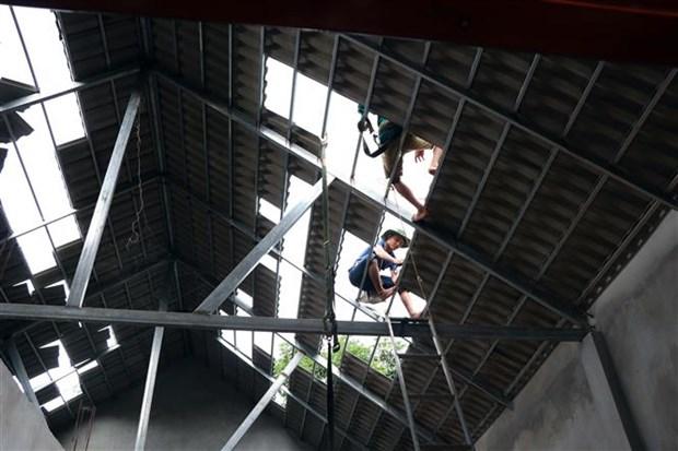 Người dân bản Tháng Năm, xã Tà Lại, huyện Mộc Châu lợp lại mái nhà bị hư hỏng do động đất. Ảnh: Hữu Quyết - TTXVN