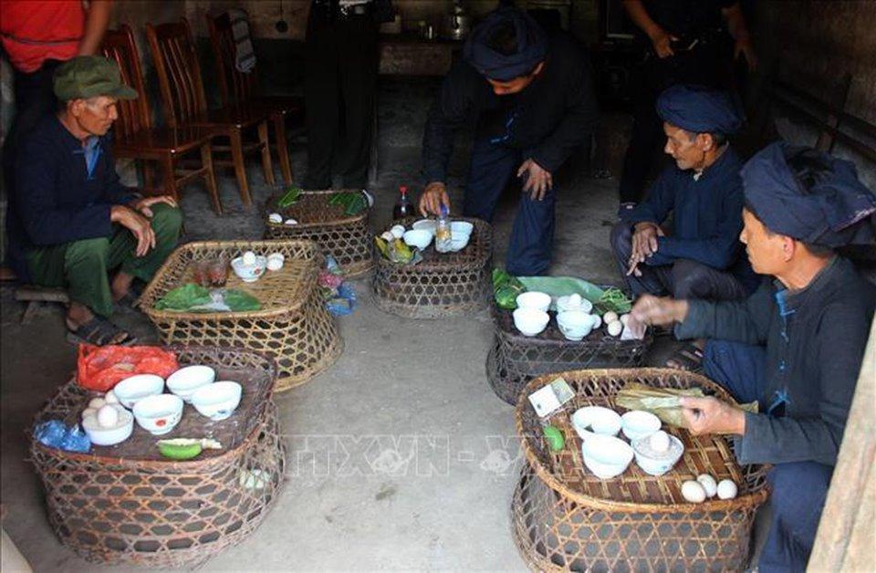 Các thầy cúng chuẩn bị mâm lễ vật để cúng trong lễ cúng bản