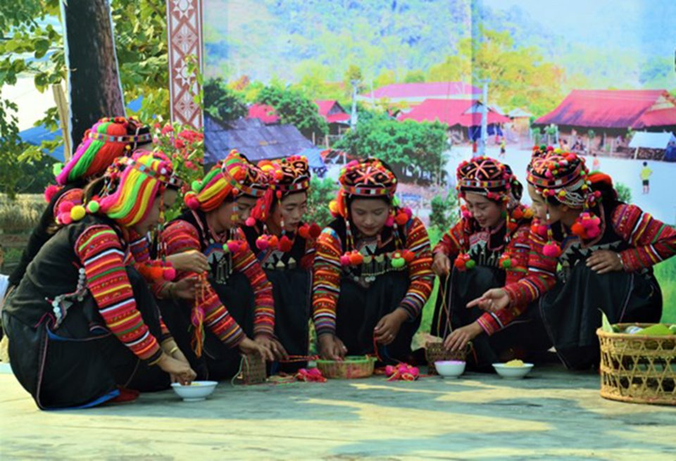 Phụ nữ mặc trang phục rực rỡ trong lễ cúng bản