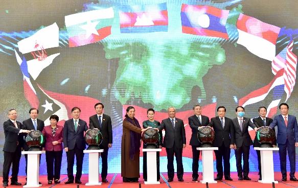 Chủ tịch Quốc hội Nguyễn Thị Kim Ngân và các đại biểu bấm nút khởi động Trang Thông tin điện tử, Ứng dụng trên thiết bị di động của Năm Chủ tịch AIPA 2020. Ảnh: Lâm Hiển.