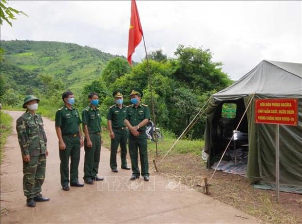 Đại tá Trần Nam Trung (ngoài cùng, bên phải), Chỉ huy trưởng Bộ đội Biên phòng tỉnh Điện Biên kiểm tra chốt phòng dịch khu vực mốc 36 tuyến biên giới Việt- Lào, Đồn biên phòng Na Cô Sa. Ảnh: Xuân Tiến-TTXVN