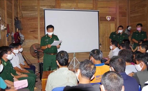 Bộ đội biên phòng tỉnh Điện Biên tổ chức tuyên truyền được gần 90 buổi với hơn 6.000 lượt người nghe và tổ chức phát hơn 2.000 tờ rơi in bằng song ngữ Việt- Mông cho người dân vùng biên giới. Ảnh: Xuân Tiến-TTXVN