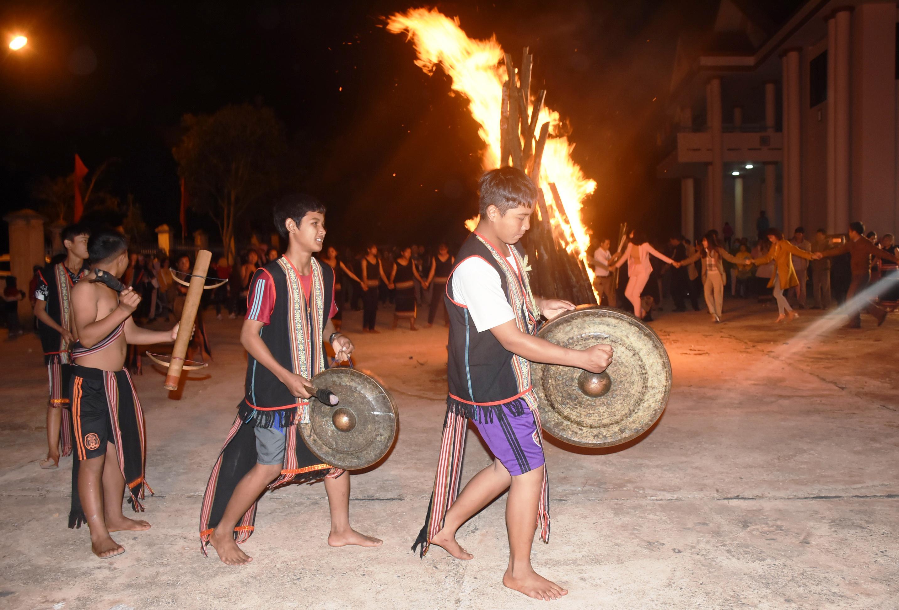 Sinh hoạt văn hóa, đánh cồng chiêng, múa xoang là hoạt động thường thấy của đồng bào Xơ Đăng ở Tu Mơ Rông. Ảnh: P.N