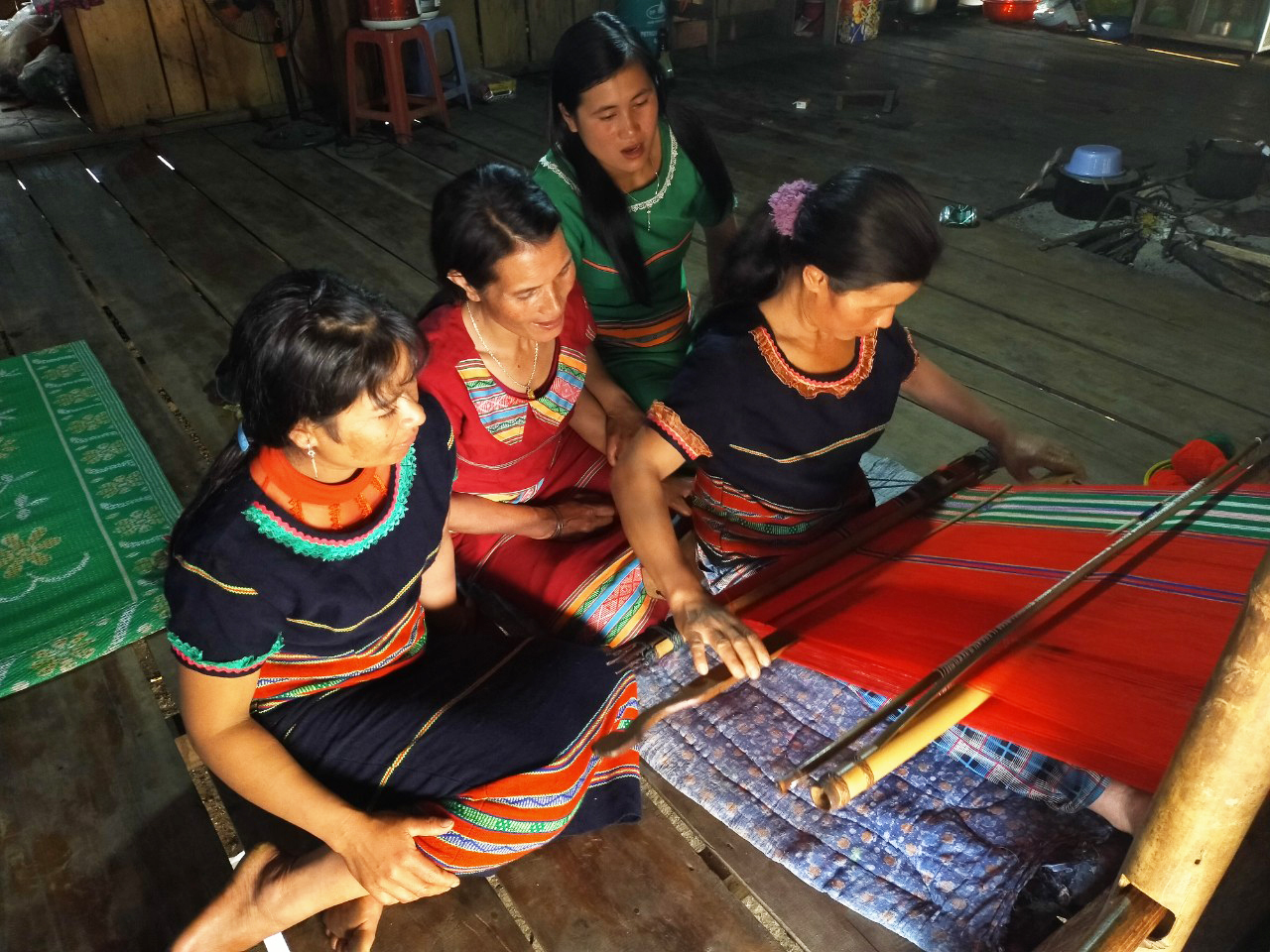 Tổ dệt thổ cẩm làng Pu Tá của chị Y Hlạng góp phần gìn giữ bản sắc văn hóa dân tộc Xơ Đăng. Ảnh: PN