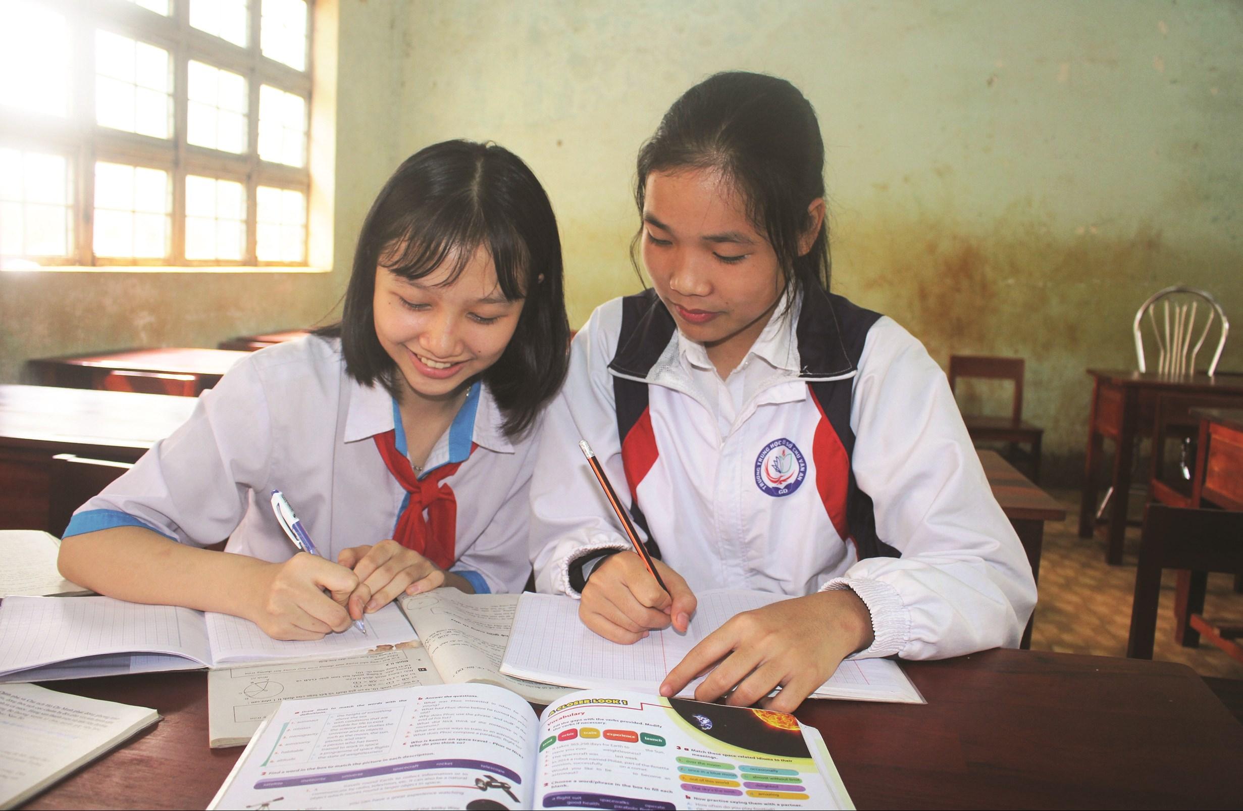 Nhờ chăm chỉ cố gắng học tập, em Nguyễn Thị Anh (bìa phải) đã đạt được giải Nhất môn Địa lý trong kỳ thi học sinh giỏi cấp tỉnh