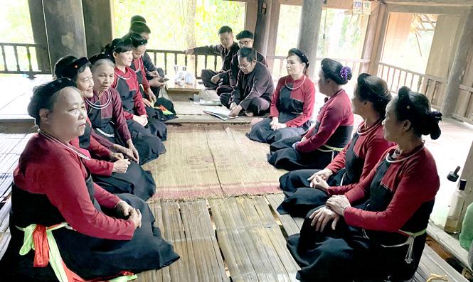 Một buổi sinh hoạt của Câu lạc bộ Sình ca Cao Lan, thôn Đồng Quân, xã Thắng Quân (Yên Sơn).
