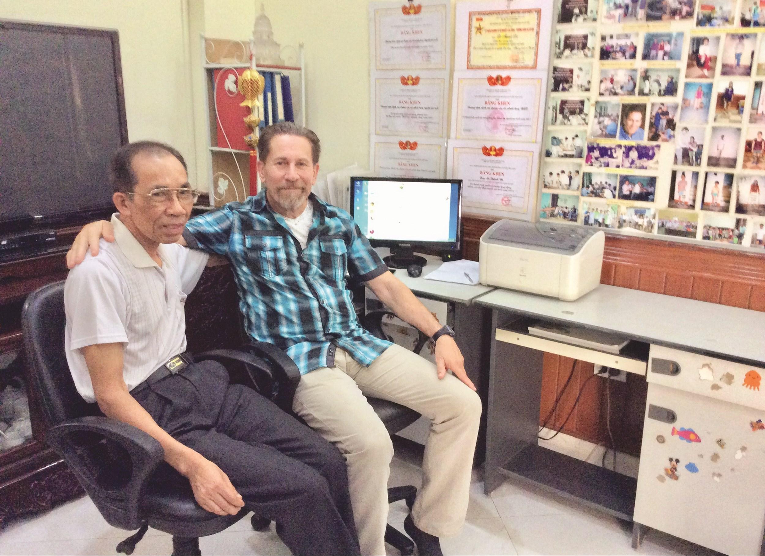 Ông Rodd Mann thăm người khuyết tật trong một lần đến Việt Nam.