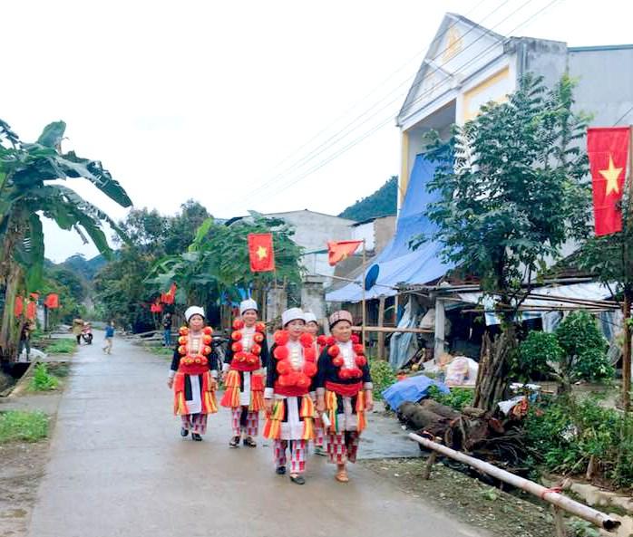Sự đổi thay khu tái định cư cũng là đề tài để người dân nơi đây sáng tác Páo dung. Trong ảnh, khu tái định cư thôn Tân Quang (Yên Sơn) ngày càng khang trang, sạch đẹp.
