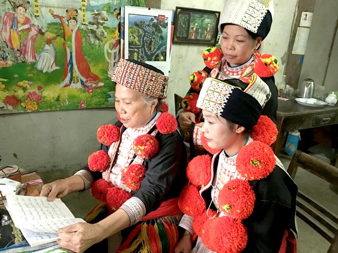 Bà La Thị Xuân, thôn Tân Quang, xã Hoàng Khai (Yên Sơn) dạy con, cháu hát Páo dung.