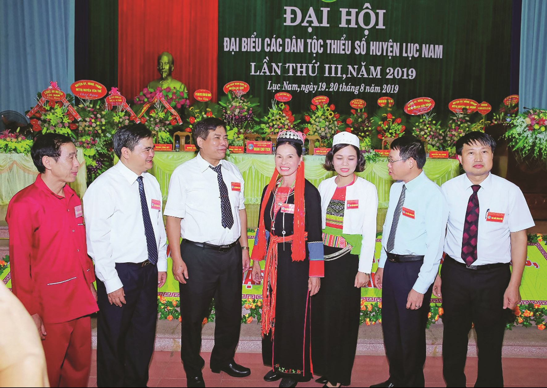 Thứ trưởng, Phó Chủ nhiệm Ủy ban Dân tộc Y Thông (thứ 3 từ trái sang) và Bí thư Huyện ủy Lục Nam Thân Văn Dàn (thứ 2 từ trái sang) trò chuyện cùng các đại biểu tại Đại hội các DTTS huyện Lục Nam lần thứ III, năm 2019.